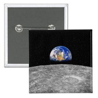 Tierra del planeta que sube sobre la luna pin cuadrado
