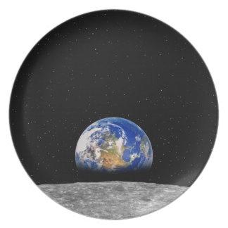 Tierra del planeta que sube sobre la luna plato de comida