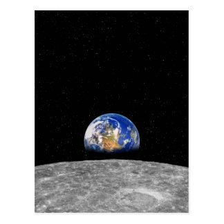 Tierra del planeta que sube sobre la luna postales