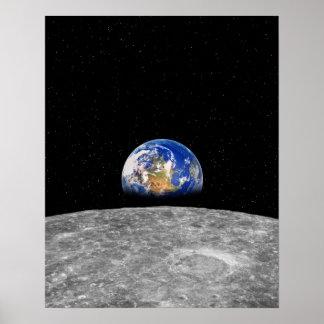 Tierra del planeta que sube sobre la luna poster