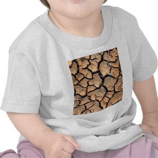 tierra del suelo seco de la grieta camisetas