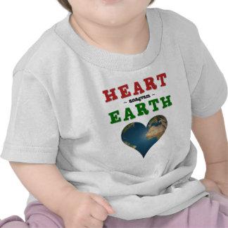 Tierra en forma de corazón camisetas