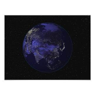 Tierra llena en la noche que muestra luces de la c fotografías