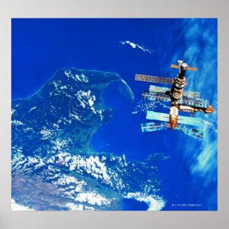 Tierra que está en órbita 2 de la estación espacia póster