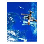 Tierra que está en órbita 2 de la estación espacia tarjetas postales