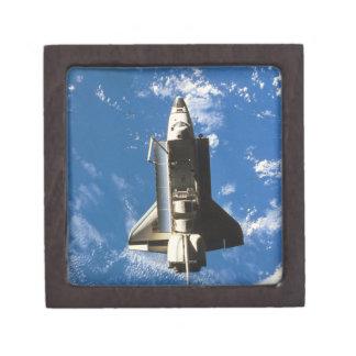 Tierra que está en órbita 2 del transbordador espa cajas de recuerdo de calidad