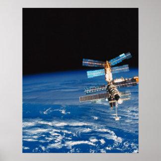 Tierra que está en órbita 3 de la estación espacia póster