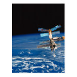 Tierra que está en órbita 3 de la estación espacia tarjetas postales