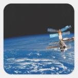 Tierra que está en órbita 3 de la estación pegatina cuadradas personalizada