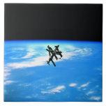 Tierra que está en órbita 4 de la estación espacia azulejo cuadrado grande