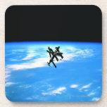 Tierra que está en órbita 4 de la estación espacia posavasos de bebida