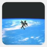 Tierra que está en órbita 4 de la estación pegatina cuadrada