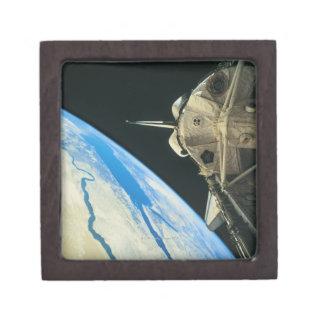 Tierra que está en órbita 4 del transbordador espa cajas de joyas de calidad