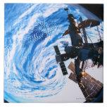 Tierra que está en órbita 9 de la estación espacia azulejos cerámicos