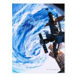Tierra que está en órbita 9 de la estación espacia tarjeta postal