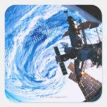 Tierra que está en órbita 9 de la estación calcomania cuadradas personalizada