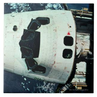 Tierra que está en órbita del transbordador espaci azulejos