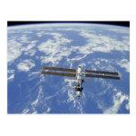 Tierra que está en órbita internacional de la esta tarjeta postal