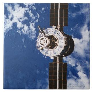Tierra que está en órbita por satélite 2 azulejos