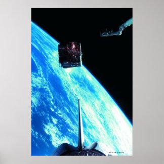 Tierra que está en órbita por satélite 3 posters
