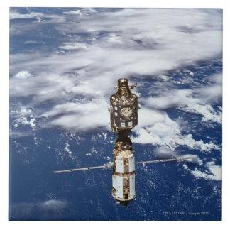 Tierra que está en órbita por satélite 4 teja  ceramica