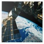 Tierra que está en órbita por satélite 5 azulejo cuadrado grande