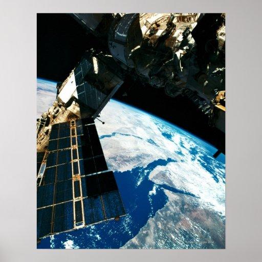 Tierra que está en órbita por satélite 5 póster
