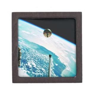 Tierra que está en órbita por satélite 7 caja de regalo de calidad