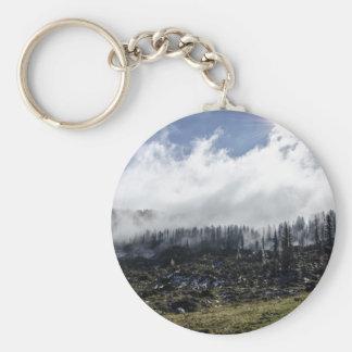 Tierra que fuma después de un incendio forestal llavero redondo tipo pin