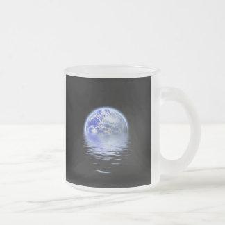 Tierra sobre ondulaciones del agua inundada taza de cristal