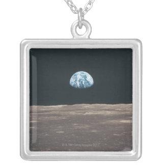 Tierra vista de la luna colgante cuadrado