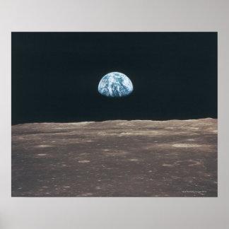 Tierra vista de la luna póster