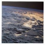 Tierra vista de un satélite azulejo cuadrado grande