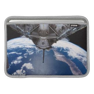 Tierra vista de un transbordador espacial funda  MacBook