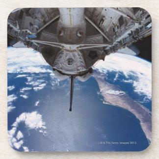 Tierra vista de un transbordador espacial posavasos