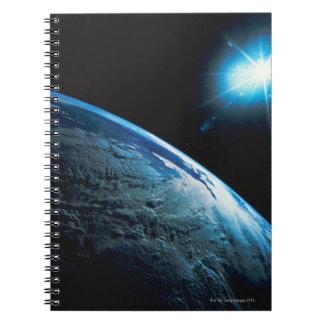 Tierra y estrella del planeta del espacio libro de apuntes con espiral