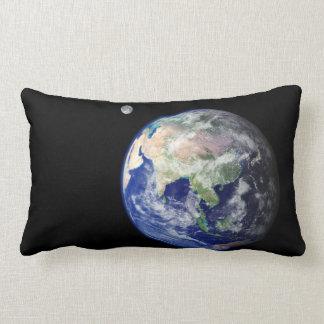 Tierra y luna del espacio cojín