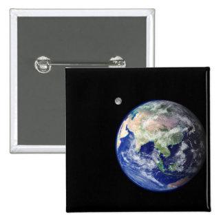Tierra y luna del espacio pin cuadrado