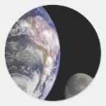 Tierra y luna en espacio pegatina redonda