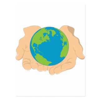 Tierra y manos postal
