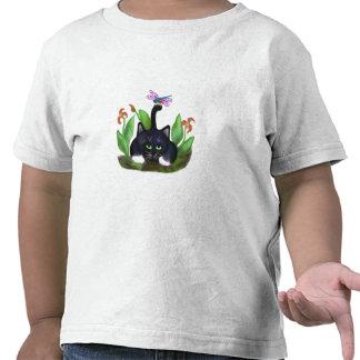 Tierras de la libélula en una cola camiseta