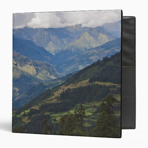 Tierras de labrantío y pueblo en el Himalaya