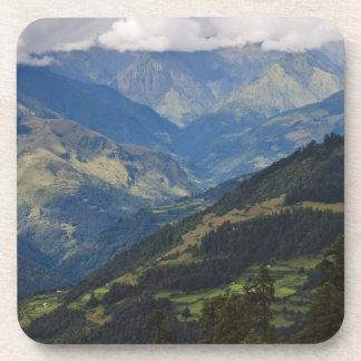 Tierras de labrantío y pueblo en el Himalaya Posavasos De Bebidas