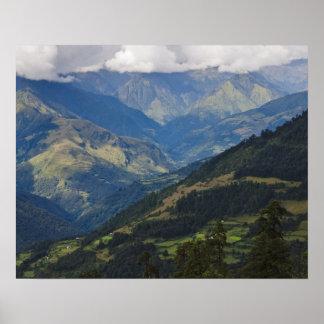 Tierras de labrantío y pueblo en el Himalaya Póster