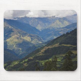 Tierras de labrantío y pueblo en el Himalaya Tapetes De Ratón