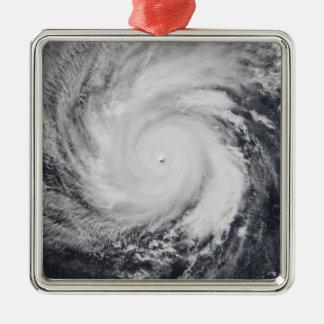 Tifón Faxai en el Océano Pacífico occidental Adorno Cuadrado Plateado