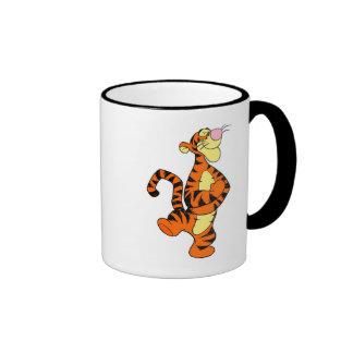 Tigger de Winnie the Pooh que camina feliz Taza De Dos Colores