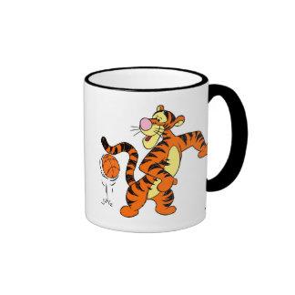 Tigger que juega a baloncesto tazas de café