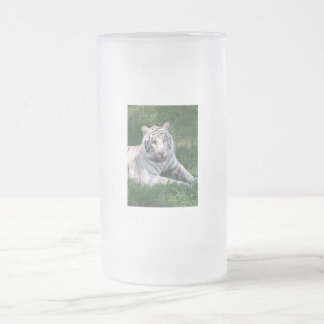 Tigre blanco en imagen vertical del marco de la hi taza cristal mate