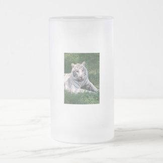 Tigre blanco en imagen vertical del marco de la taza de cristal